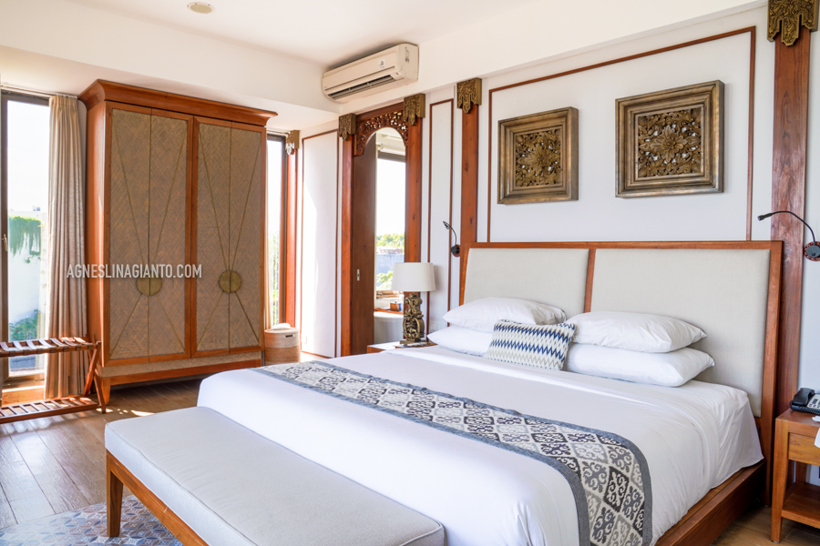 Spacious Royal Ocean Suite bedroom at Kuta Seaview Boutique Resort.